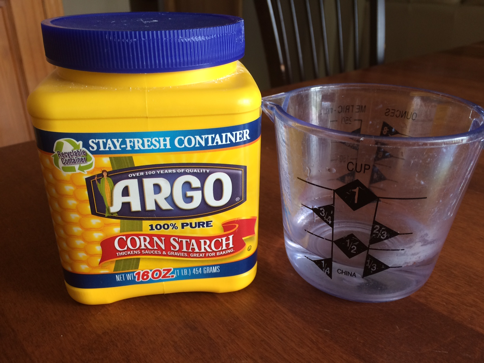 kids activity  make slime using cornstarch and water